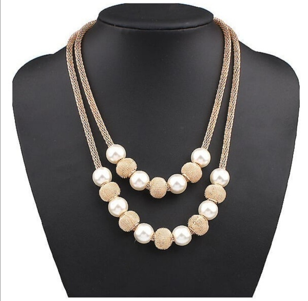Gold and pearl necklace picture