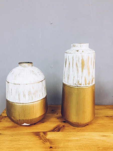 White and gold vase picture