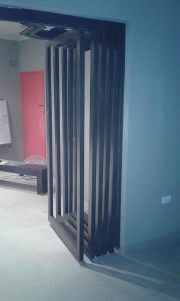 Aluminium pivot door picture