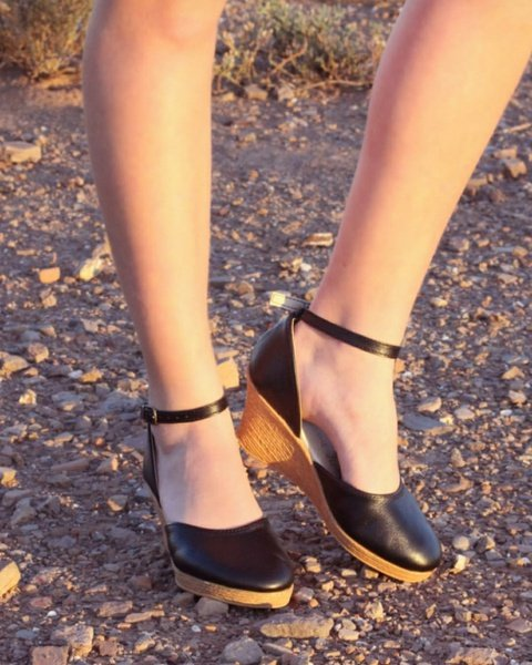 Charlize - closed toe leather wedge picture