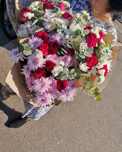 Mixed rose and spray bouquet picture