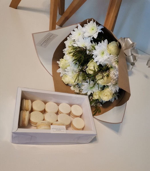 White mixed rose bouquet picture