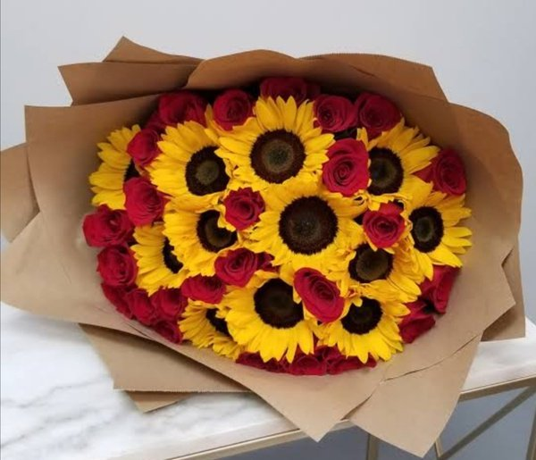 Grandeur luxury rose and sunflower bouquet picture